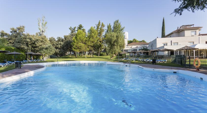 Hotel ayre cordoba piscina exterior jardin cordobamegusta for Piscinas jardin cordoba
