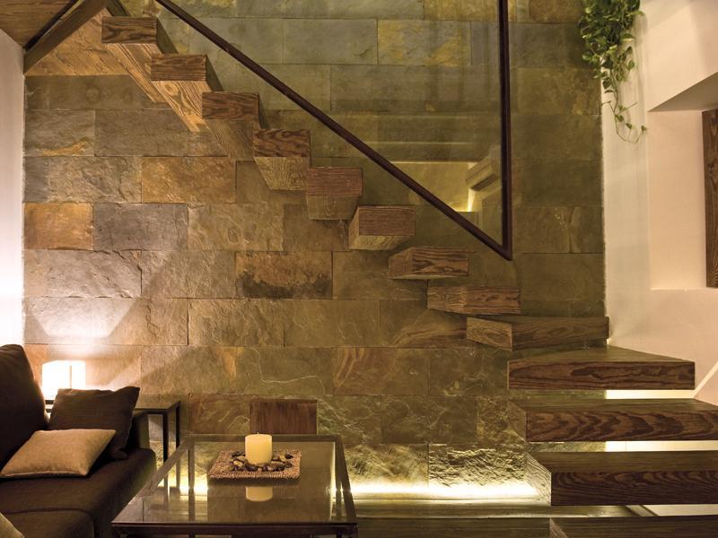 Salon escaleras apartamento homesuitehome cordoba for Escaleras de salon