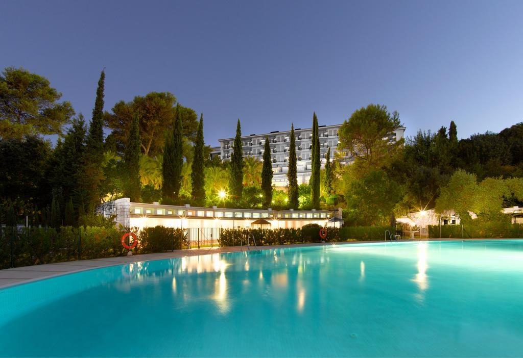 hotel-parador-cordoba-piscina-noche