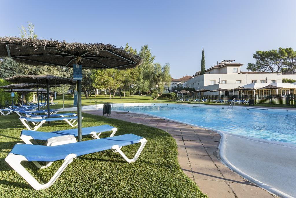 piscina-tumbonas-hotel-ayre-cordoba