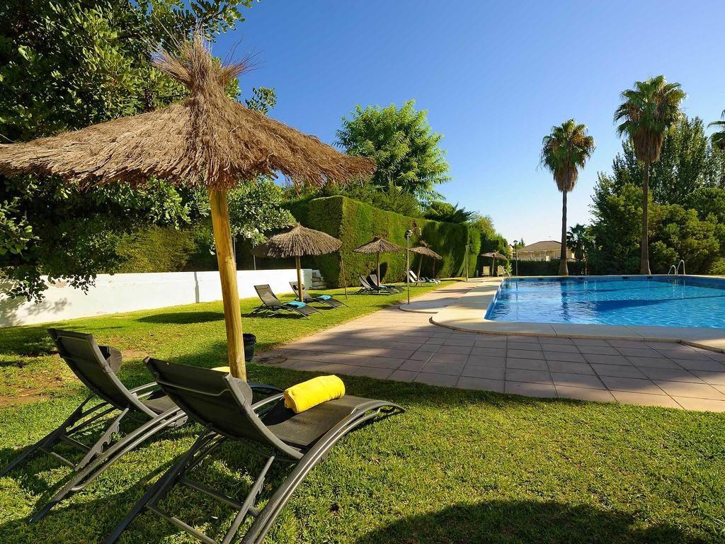 tumbona-piscina-cesped-hotel-adelfas-cordoba